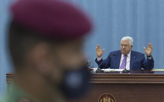 הנשיא הפלסטיני מחמוד עבאס עומד בראש ישיבת ההנהגה הפלסטינית ברמאללה, 5 במאי 2020 (צילום: AP Photo / Nasser Nasser, Pool)