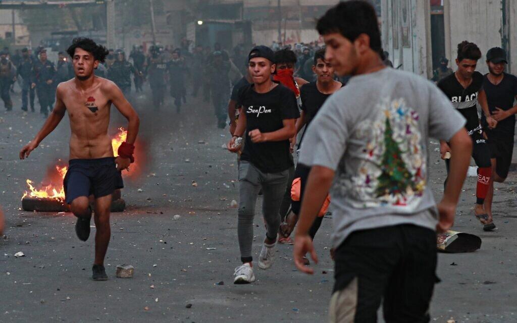 כוחות הביטחון מנסים לפזר מפגינים במהלך הפגנות אנטי-ממשלתיות מתמשכות בבגדד, יולי 2020 (צילום: AP Photo/Hadi Mizban)