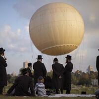 אילוסטרציה, חרדים מבלים בתל אביב במהלך תקופת הקורונה, אוגוסט 2020, למצולמים אין קשר לנאמר (צילום: AP Photo/Oded Balilty)