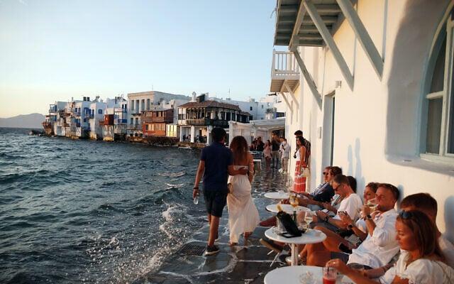 תיירים במיקונוס, יוון, אוגוסט, 2020 (צילום: AP Photo/Thanassis Stavrakis)