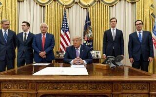 דונלד טראמפ, במרכז, ביום הכרזת הסכם הנורמליזציה עם ישראל בבית הלבן. 12 באוגוסט 2020 (צילום: AP Photo/Andrew Harnik)