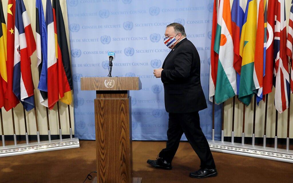 """מזכיר המדינה מייק פומפאו מגיע למסיבת עיתונאים אחרי ישיבת מועצת הביטחון של האו""""ם בנושא הגרעין האיראני, 27 ביולי 2020 (צילום: Mike Segar/Pool via AP)"""