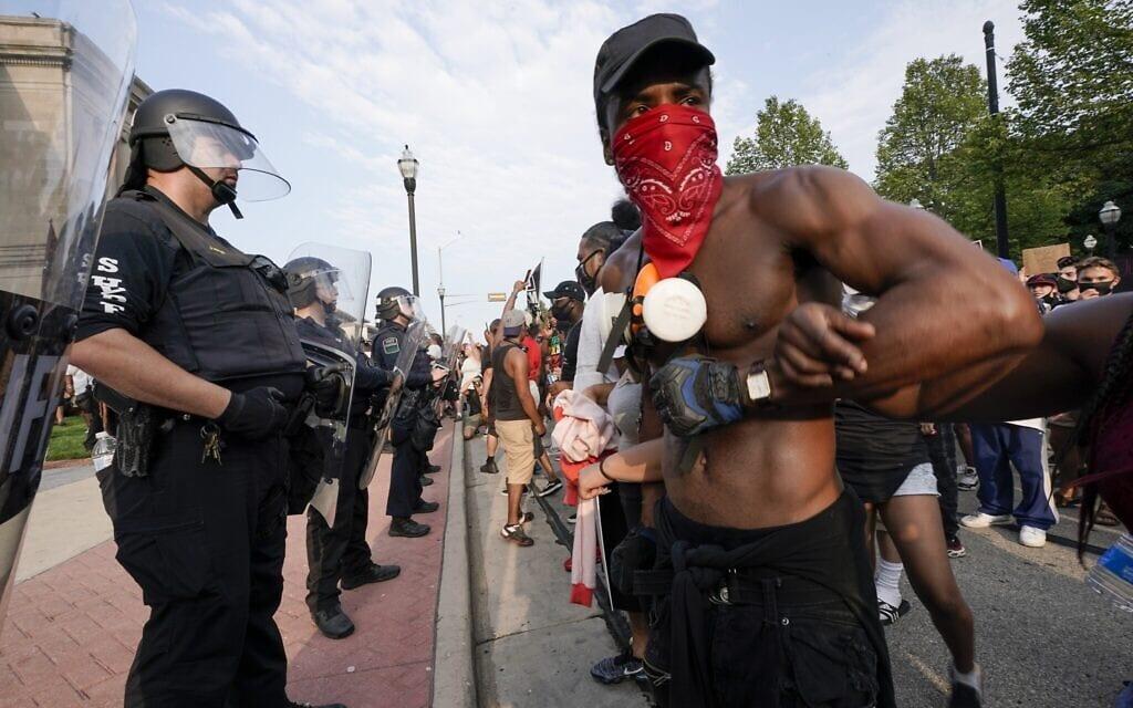 מפגינים מתעמתים עם שוטרים מחוץ לבית המשפט של מחוז קנושה 24 באוגוסט 2020 (צילום: AP Photo / Morry Gash)