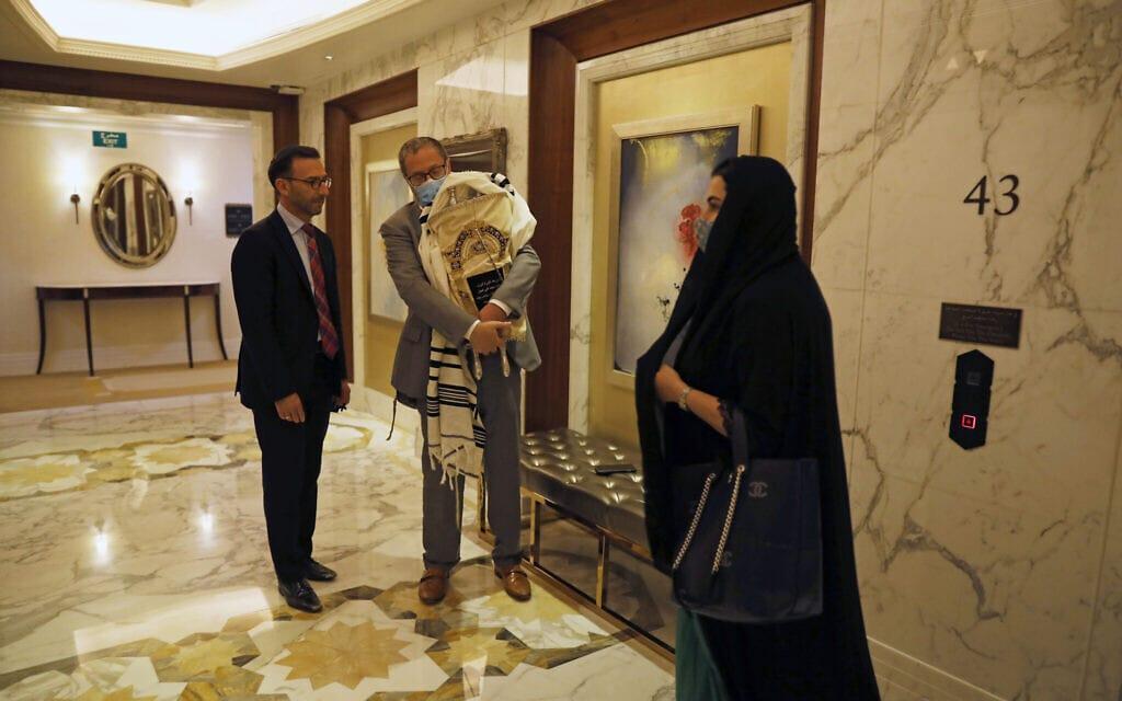 ספר תורה במלון בדובאי, בעת ביקור המשלחות הישראליות והאמריקניות, 31 באוגוסט 2020 (צילום: ניר אליאס / צילום פול באמצעות AP)