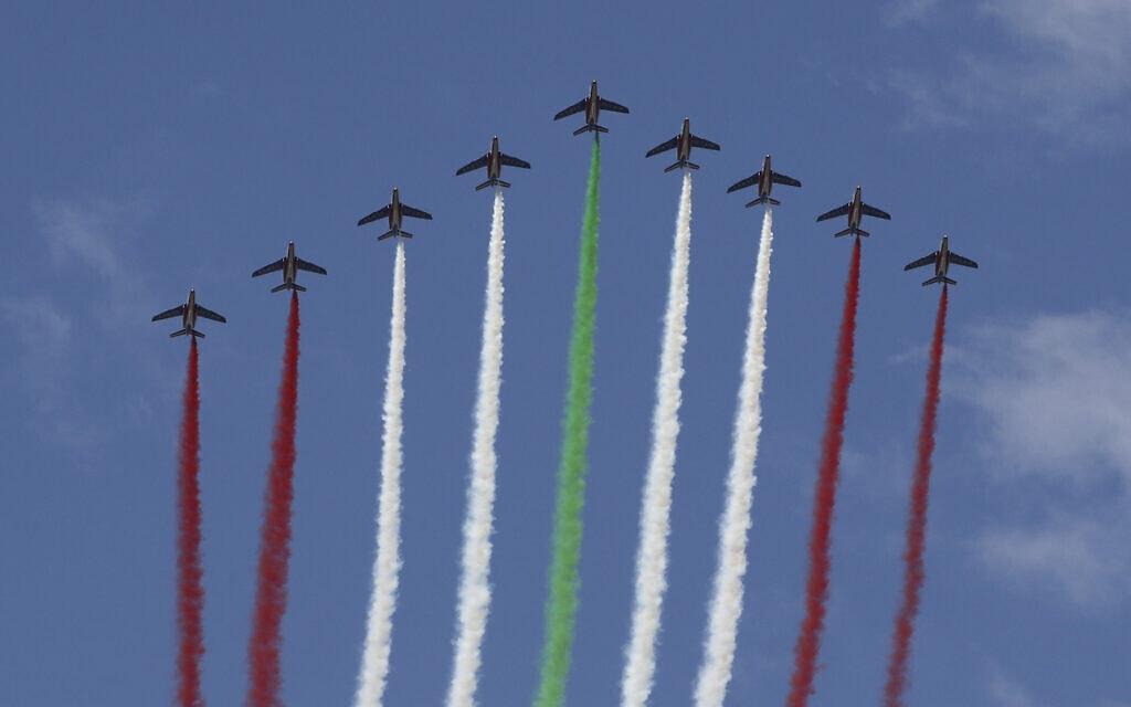 מטוסים משחררים עשן בצבעי דגל לבנון כשנשיא צרפת עמנואל מקרון מבקר בביירות, 1 בספטמבר 2020 (צילום: גונזאלו פואנטס דרך AP)