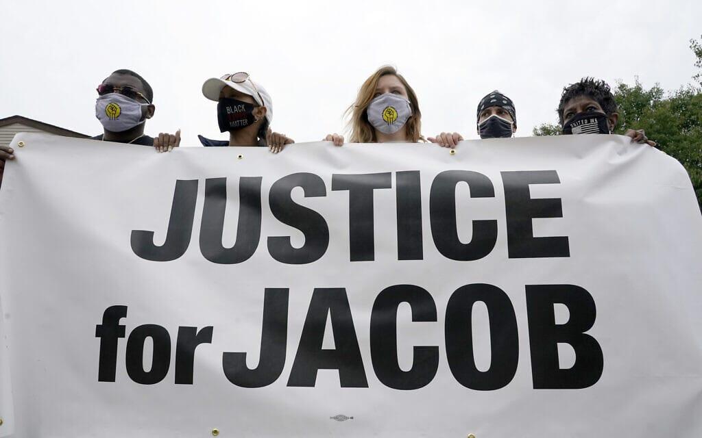 שלט הזדהות עם ג'ייקוב בלייק, 1 בספטמבר 2020, קנושה (צילום: AP Photo / Morry Gash)