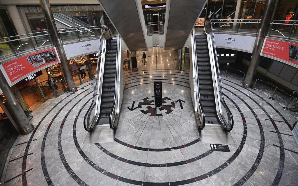 מרכז הקניות במזח קאנארי בלונדון בשעת השיא – בדרך כלל המכרז הומה אדם. כעת הוא עומד ריק, ב-4 בספטמבר 2020 (צילום: Victoria Jones/PA via AP)