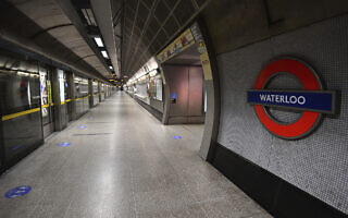 תחנת ווטרלו, בדרך כלל הומה אדם, עומדת ריקה ב-4 בספטמבר 2020 (צילום: Victoria Jones/PA via AP)