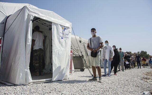 תור לבדיקות קורונה במחנה הפליטים מוריה באי לסבוס, יוון. 4 בספטמבר 2020 (צילום: AP Photo/Panagiotis Balaskas)