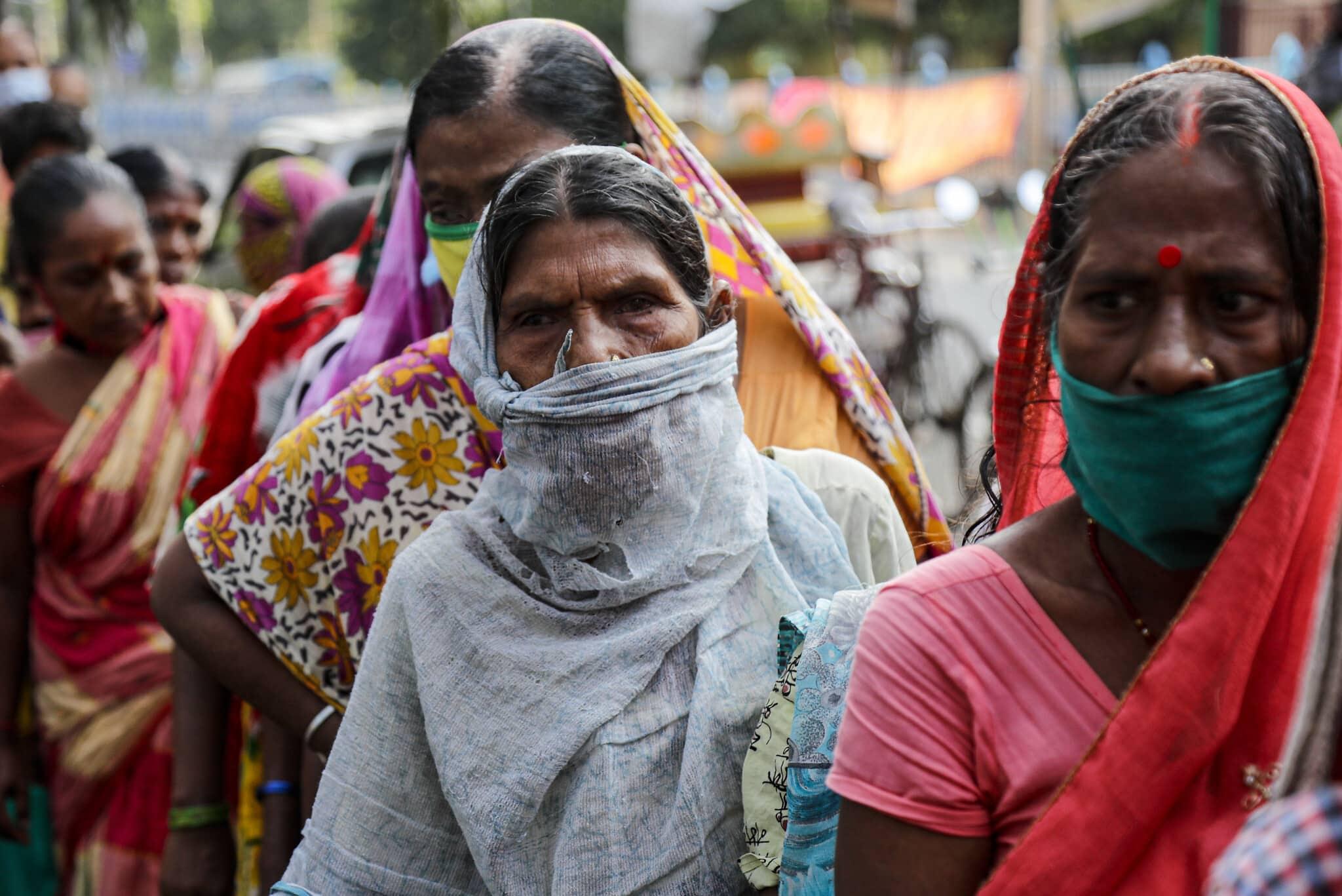עניים ממתינים בתור לקבלת אוכל במיסיון בהודו, ספטמבר 2020 (צילום: AP Photo / Bikas Das)