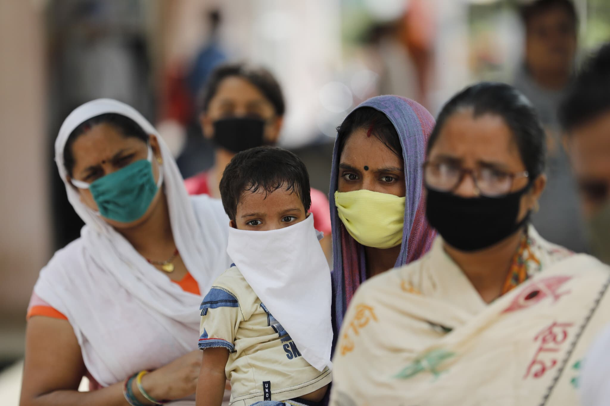 אנשים ממתינים בתור לבדיקת COVID-19 בהודו, ספטמבר 2020 (צילום: AP Photo/Rajesh Kumar Singh)