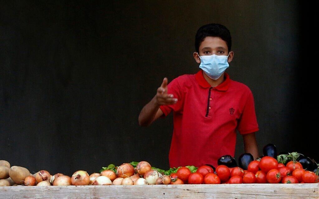 ילד פלסטיני מוכר פירות בעזה, ספטמבר 2020 (צילום: AP Photo/Hatem Moussa)