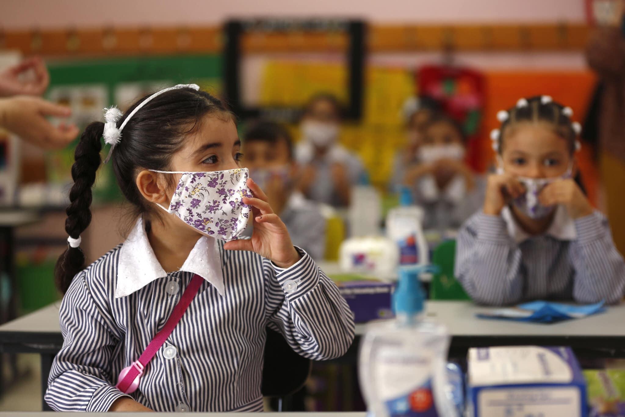"""אילוסטרציה, תלמידות עם מסכות ביום הראשון ללימודים בבית ספר של האו""""ם ברמאללה, 6 בספטמבר 2020 (צילום: AP Photo/Majdi Mohammed)"""