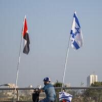 דגלי בחריין, ישראל, איחוד האמירויות וארצות הברית, שנתלו בנתניה לרגל כינון היחסים בין ישראל ומדינות המפרץ, 14 בספטמבר 2020 (צילום: Ariel Schalit, AP)