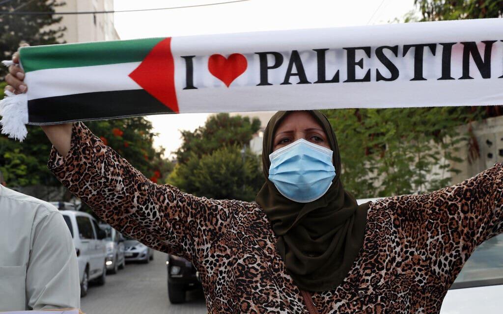"""אישה מפגינה מול נציגות האו""""ם בעזה, נגד הסכם הנורמליזציה עם האמירויות ובחריין, 15 בספטמבר 2020 (צילום: AP Photo/Adel Hana)"""