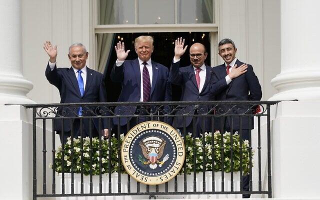 משמאל: ראש ממשלת ישראל, בנימין נתניהו, הנשיא דונלד טראמפ, שר החוץ של בחריין ח'אלד בן אחמד אל ח'ליפה ושר החוץ של איחוד האמירויות הערביות עבדאללה בן זייד, במהלך טקס החתימה של הסכמי אברהם בבית הלבן, 15 בספטמבר 2020 (צילום: AP Photo/Alex Brandon)