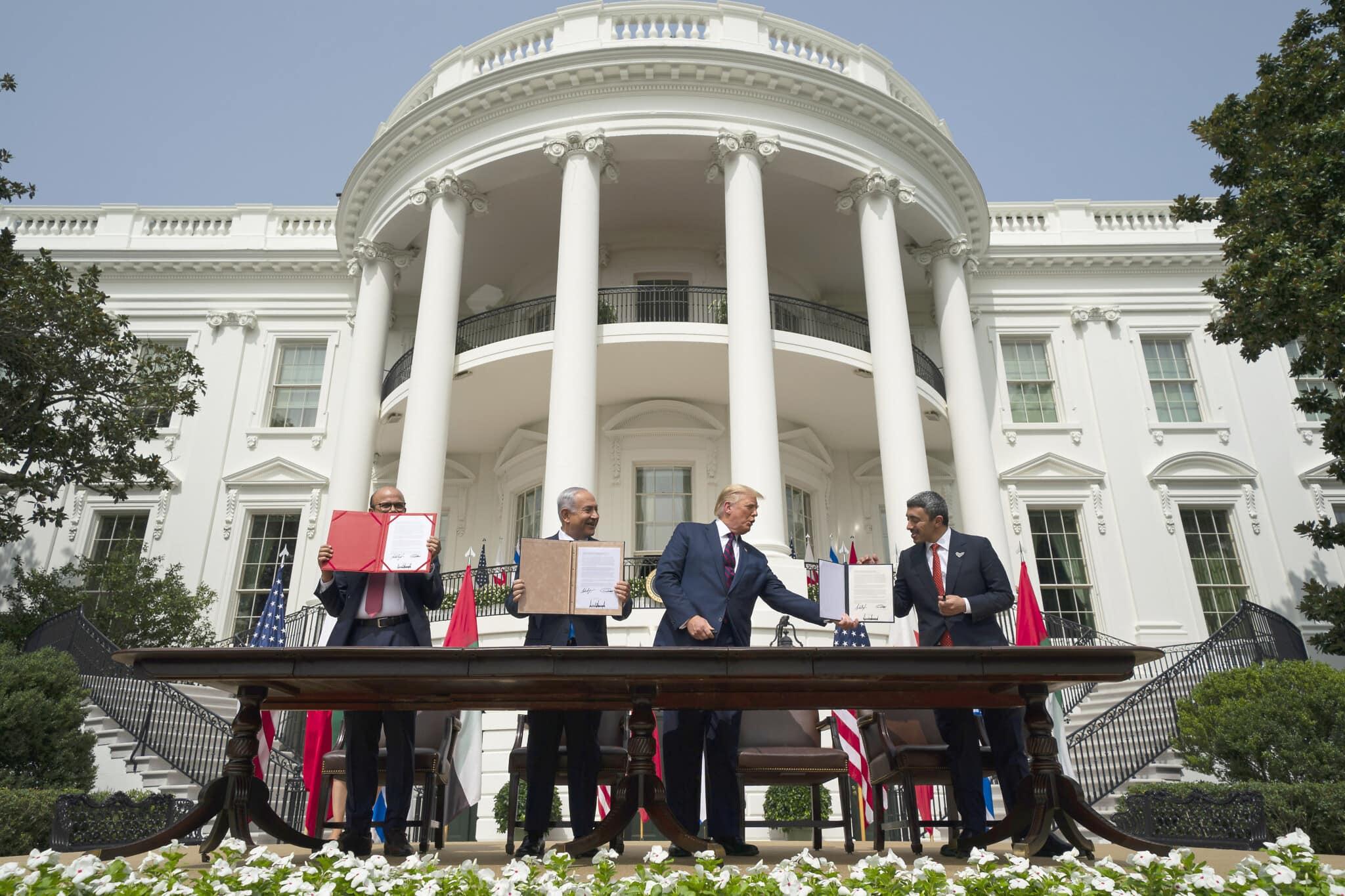 נשיא ארצות הברית דונלד טראמפ (במרכז), עם שר החוץ הבחרייני עבד אל-לטיף אל-זיאני (משמאל), ראש הממשלה בנימין נתניהו ושר החוץ של איחוד האמירויות הערביות עבדאללה בן זאיד אל-נהיאן, בטקס החתימה על הסכמי אברהם במדשאה הדרומית בבית הלבן בוושינגטון, 15 בספטמבר 2020 (צילום: Alex Brandon/AP)
