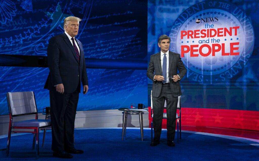 """דונלד טראמפ ב""""טאון הול"""" בפילדלפיה, עם המנחה ג'וג' סטפנופולוס, ב-15 בספטמבר 2020 (צילום: AP Photo/Evan Vucci)"""
