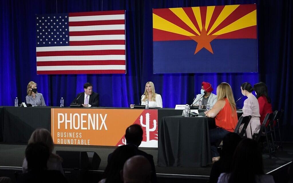 איוונקה טראמפ עם מושל אריזונה בכנס עסקים בפניקס, ב-16 בספטמבר 2020 (צילום: AP Photo/Ross D. Franklin)