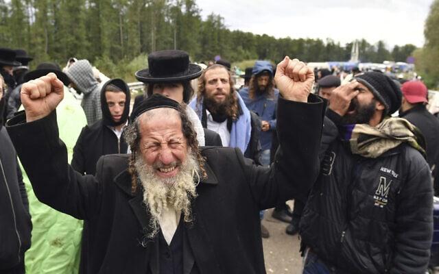 חסידי ברסלב על הגבול בין בלארוס לאוקראינה בערב ראש השנה, 18 בספטמבר 2020 (צילום: AP Photo)