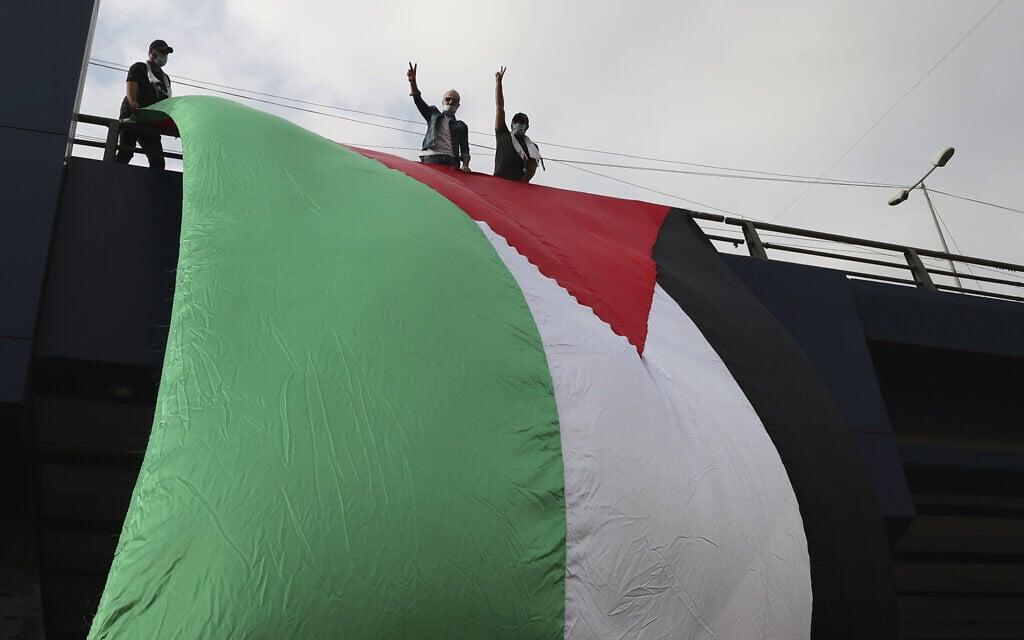 תומכי חיזבאללה מוחים נגד ההתקרבות בין ישראל לאמירויות עם דגלים פלסטיניים, ביירות, 21 בספטמבר 2020 (צילום: AP Photo/Bilal Hussein)