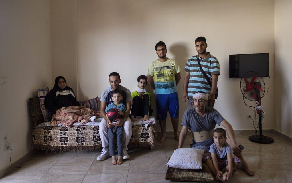 משפחת פליטים סוריים בלבנון, שביתה נהרס השנה בפיצוץ בנמל ביירות (צילום: AP Photo)
