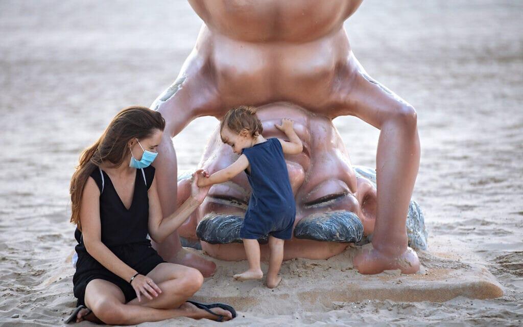 אילוסטרציה, חוף הים של תל אביב בעידן הקורונה (צילום: AP Photo/Oded Balilty)