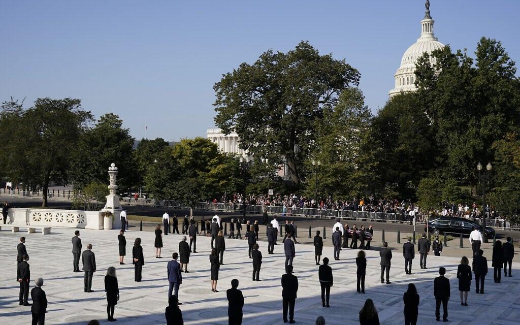משמר הכבוד עומד לרגל הגעתו של הארון של רות ביידר גינזבורג לבית המשפט העליון, ב-24 בספטמבר 2020 (צילום: AP Photo/Alex Brandon, Pool)