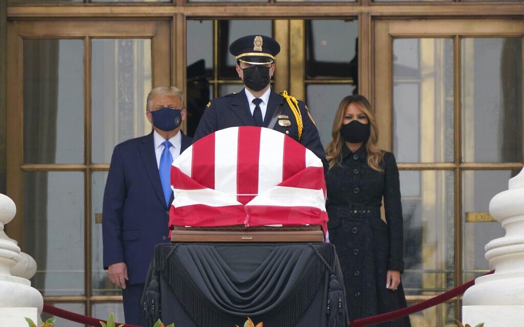 דולנד ומלניה טראמפ חולקים כבוד לארונה של רות ביידר גינזבורג על מדרגות בית המשפט העליון, ב-24 בספטמבר 2020 (צילום: AP Photo/J. Scott Applewhite)