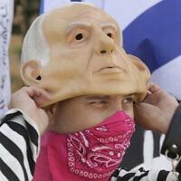 אילוסטרציה, מפגין נגד התנהלות נתניהו בעידן הקורונה, ספטמבר 2020 (צילום: AP Photo/Maya Alleruzzo)