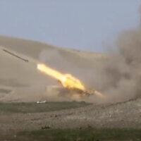 רקטה של צבא אזרבייז׳אן משוגרת בחזית נגורנו קרבך על כוחות ארמניים (צילום: Azerbaijan's Defense Ministry via AP)