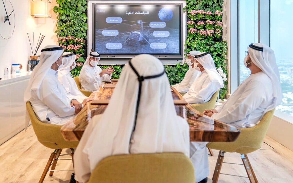 אילוסטרציה, ראשי איחוד האמירויות דנים על שיגור אפשרי של חללית לירח, ספטמבר 2020 (צילום: Sheikh Mohammed bin Rashid Al Maktoum Twitter account via AP)