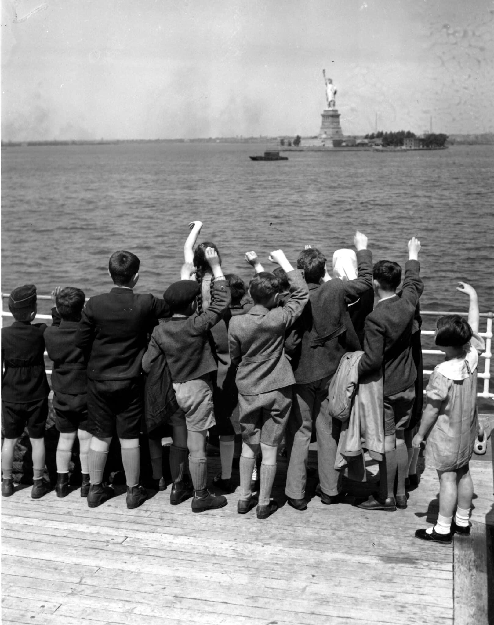 אילוסרציה, חמישים ילדי פליטים יהודים, בין הגילאים 5 עד 1, מגיעים לניו יורק מהמבורג, גרמניה, באניית הנשיא הרדינג ביוני 1939 (צילום: AP)