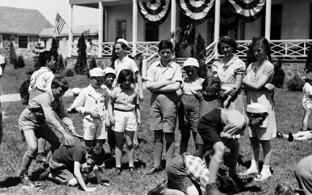אילוסטרציה, ילדי פליטים יהודים גרמנים משחקים בפילדלפיה, 1939 (צילום: AP)
