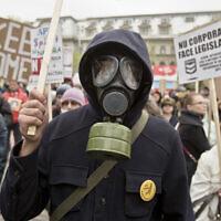 מחאה בבוקרשט, רומניה ב- 2014, נגד תכניות ענקית הנפט האמריקאית שברון לפעול במדינה (צילום: AP Photo / Vadim Ghirda)