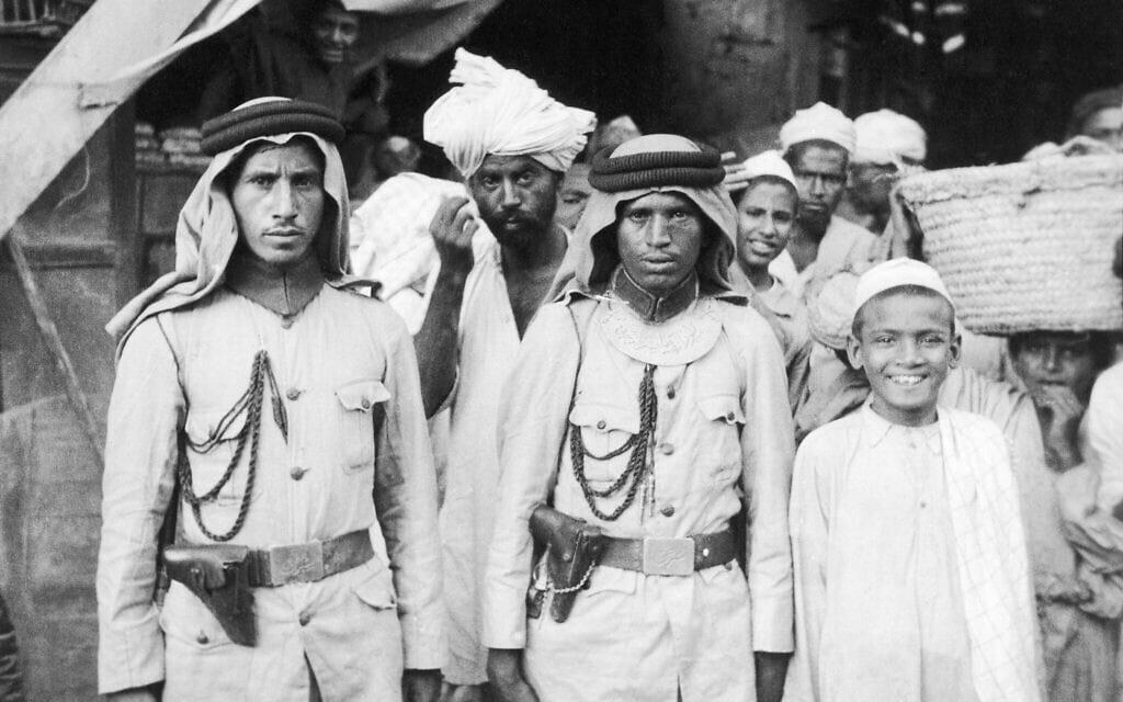 שוטרים ואזרחים בשוק בג'ידה, נמל הים העיקרי של ערב הסעודית, פברואר 1947 (צילום: AP Photo)
