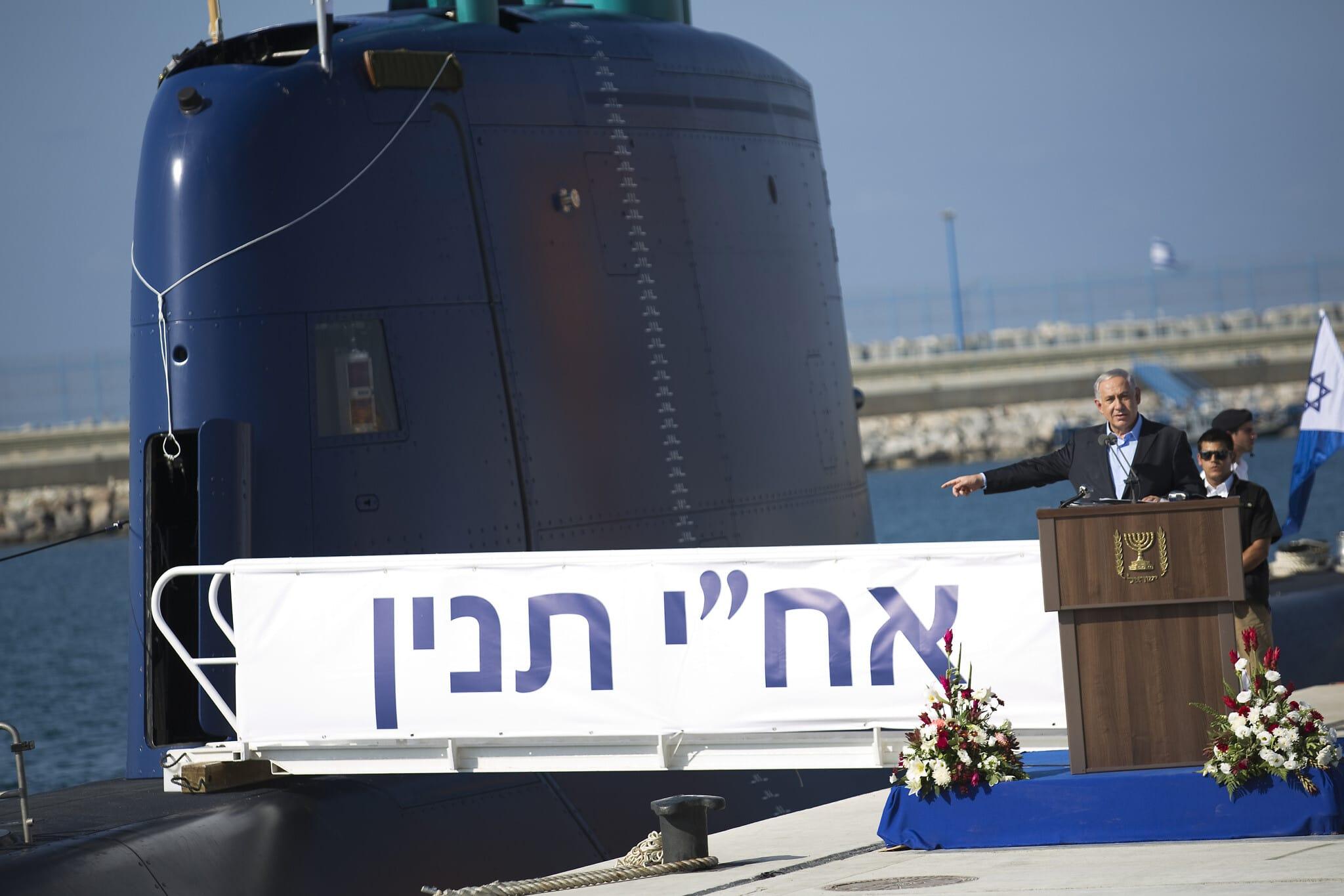 """בנימין נתניהו בטקס לכבוד הגעת הצוללת אח""""י תנין לבסיס חיל הים בחיפה. 23 בספטמבר 2014 (צילום: AP Photo/Amir Cohen, Pool)"""