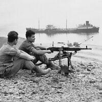 """חיילי צה""""ל על גדות תעלת סואץ, ב-7 באפריל 1957 (צילום: AP Photo)"""