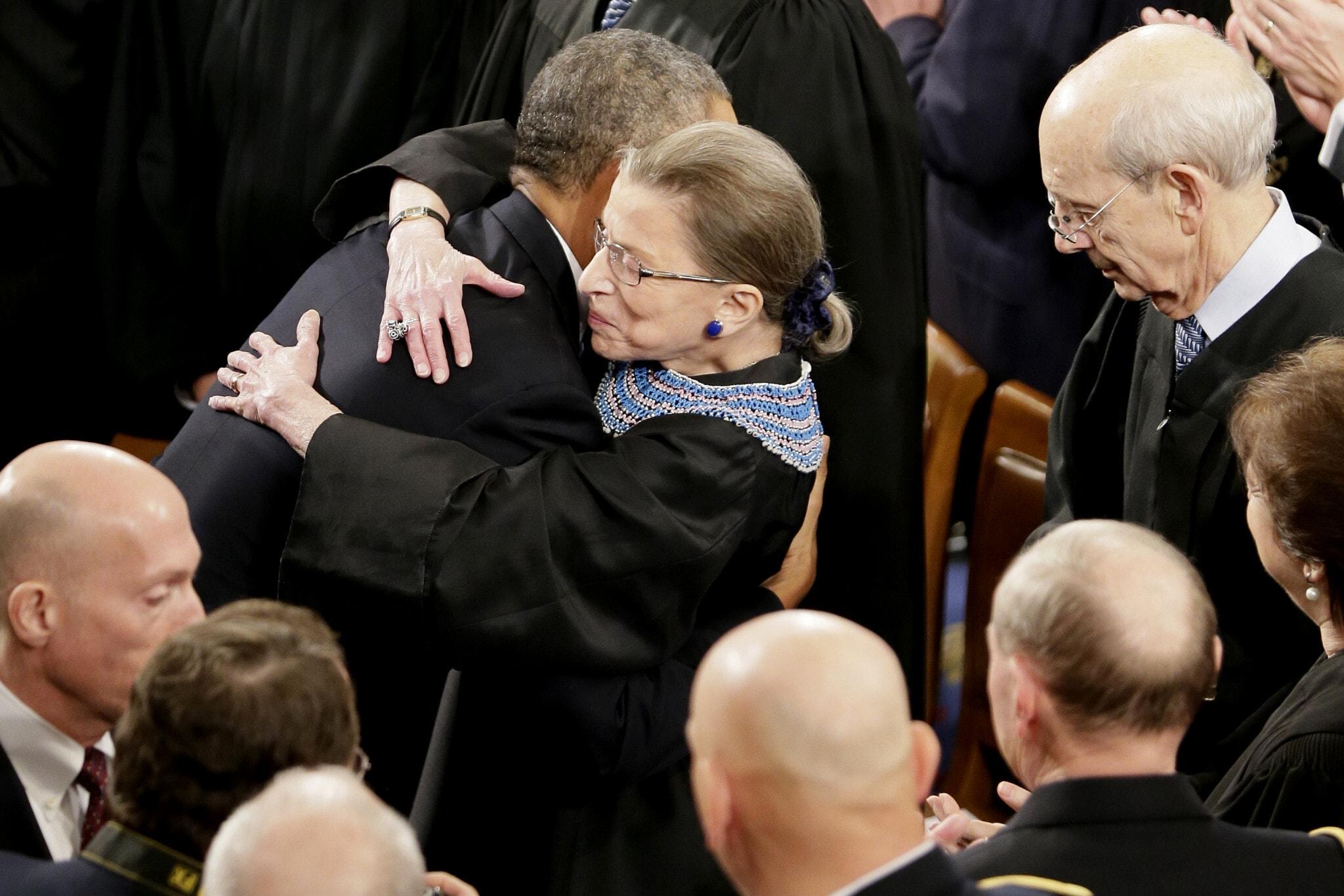 רות ביידר גינזבורג מחבקת את ברק אובמה אחרי הנאום לאומה שנשא בגבעת הקפיטול ב-28 בינואר 2014 (צילום: AP Photo/J. Scott Applewhite)