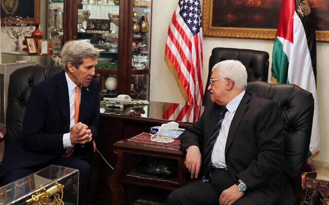 מחמוד עבאס (מימין), נפגש עם שר החוץ האמריקאי ג'ון קרי בעמאן ירדן. פברואר, 2016. (צילום: Jamal Nasrallah, Pool via AP)