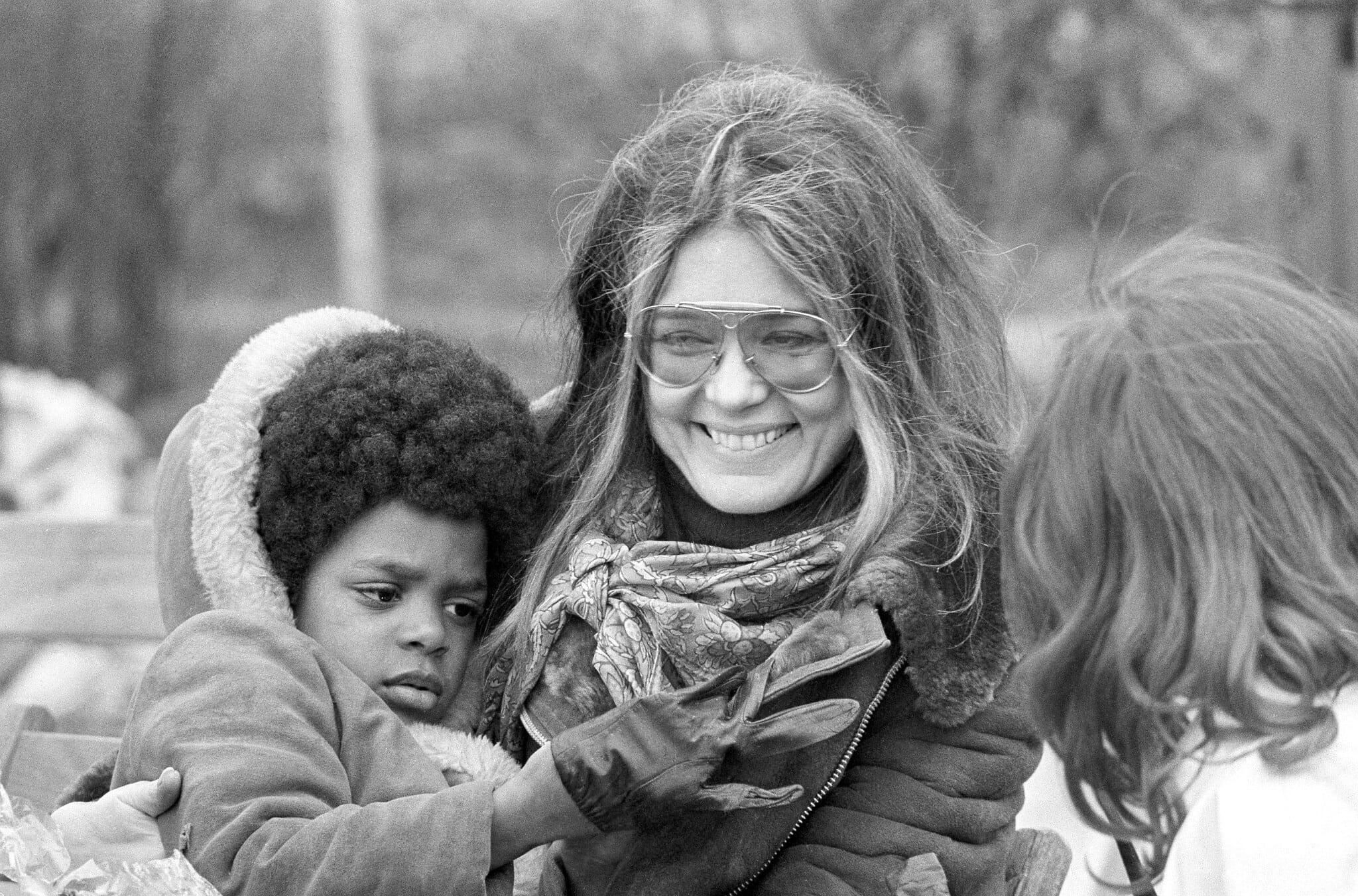 הפעילה החברתית גלוריה סטיינם בעצרת בוושינגטון לאחר צעדה ליד הבית הלבן, 25 במרץ 1972 (צילום: AP Photo / Charles Harrity)