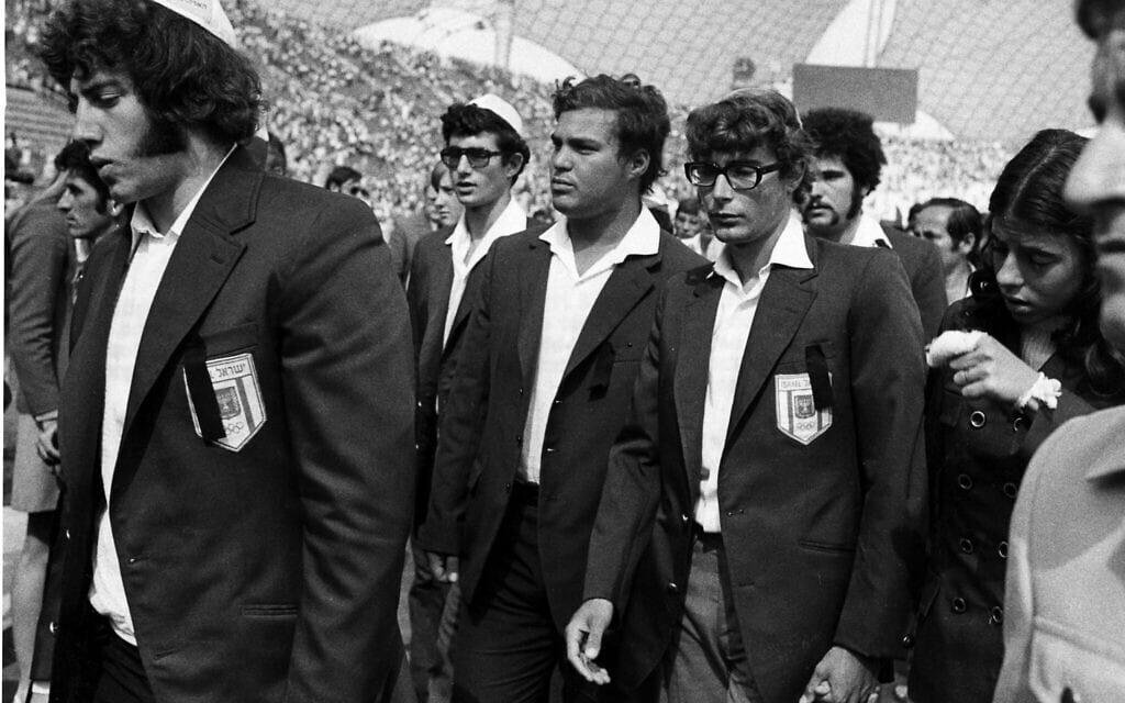 """חברי המשלחת הישראלית האולימפית למינכן, לאחר רצח חבריהם בידי אנשי ארגון """"ספטמבר השחור"""", ספטמבר 1972 (צילום: AP Photo/Anonymous)"""