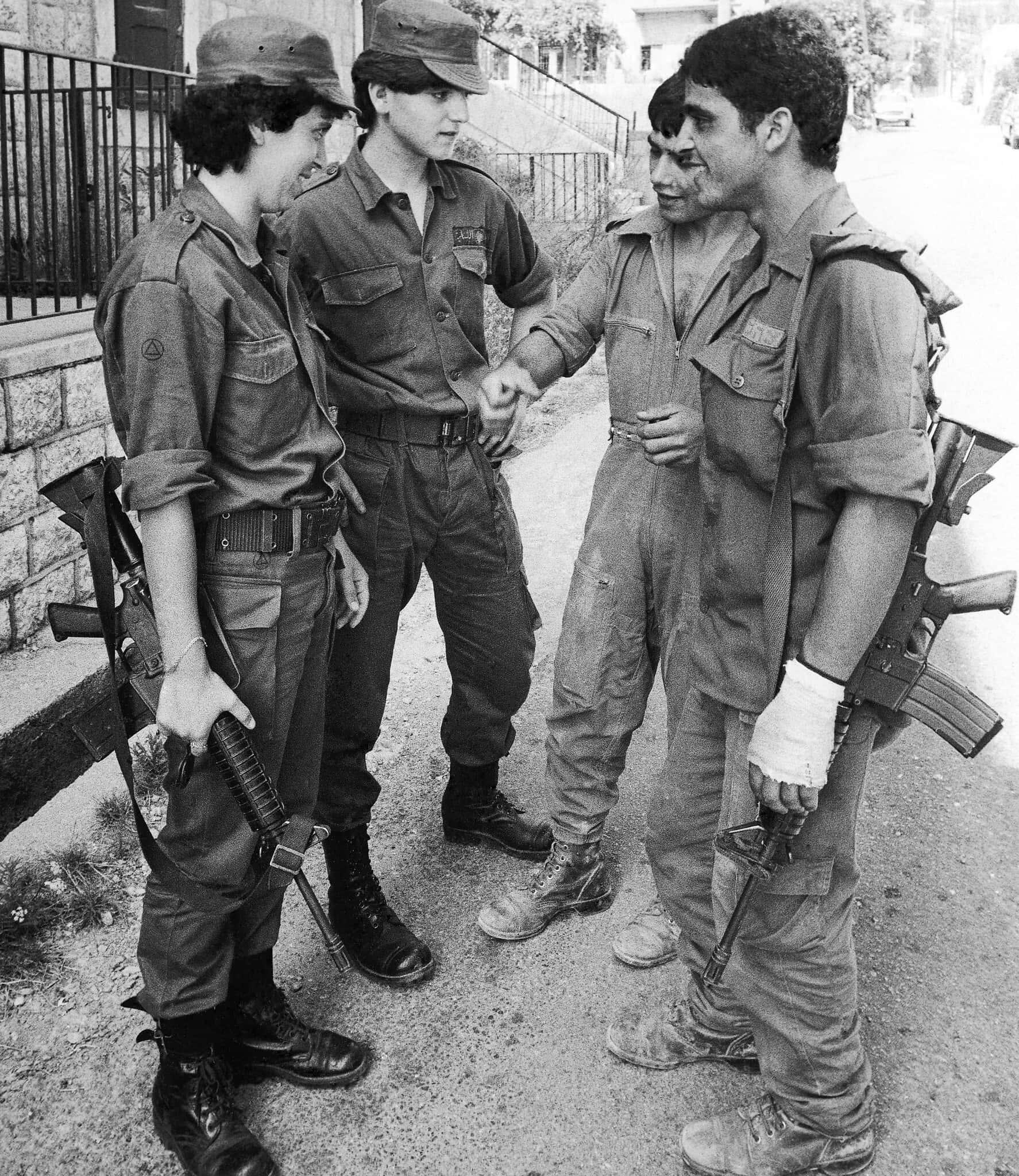 שתי חיילות של הפלנגות, המיליציה הלבנונית הנוצרית, מדברות עם שני חיילים ישראלים ברחוב בג'וניה, 3 באוגוסט 1982 (צילום: AP Photo/Nash)