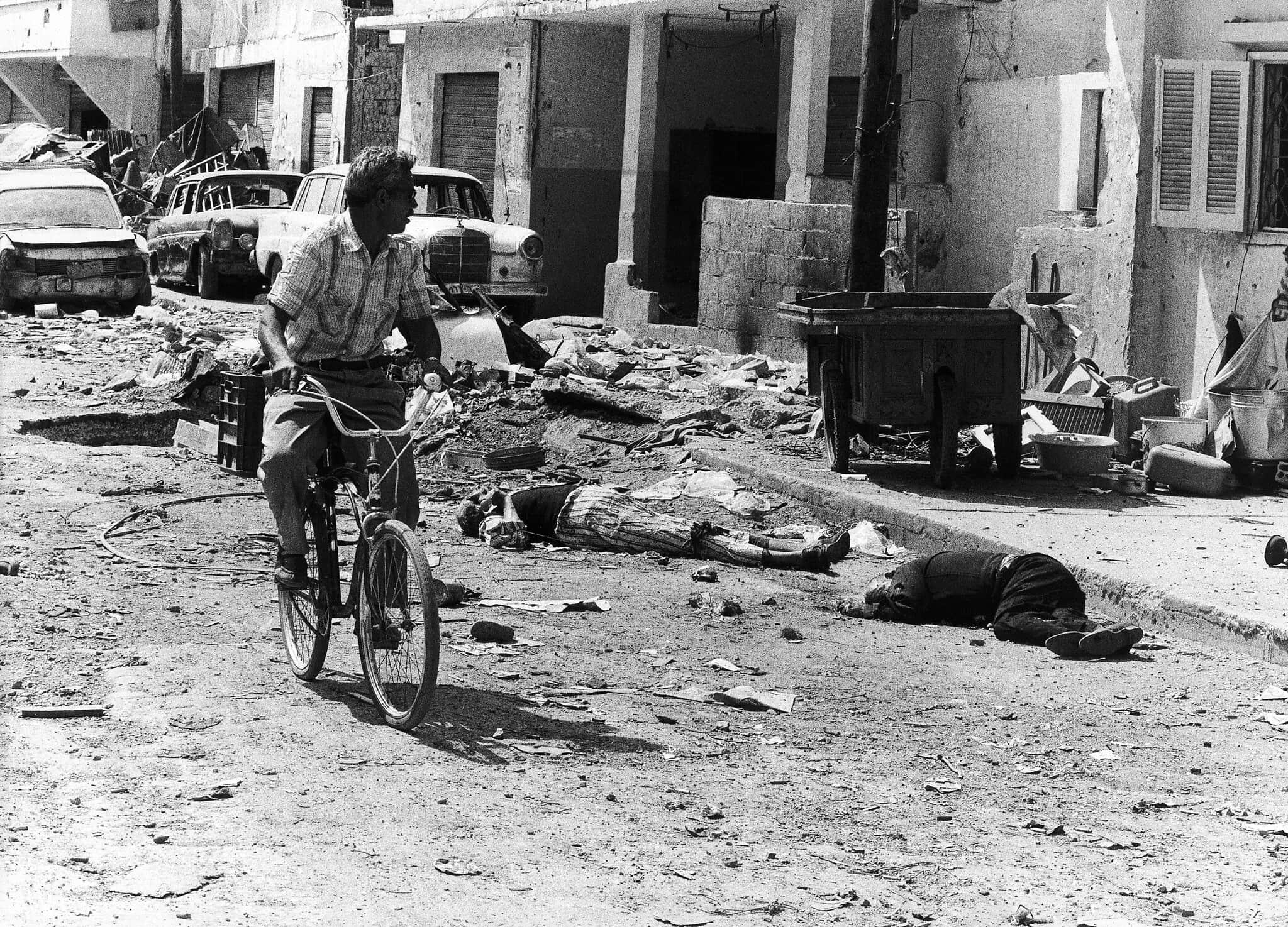 אזרח לבנוני רוכב על אופניים דרך המחנה הפלסטיני בסברה, מערב ביירות, 18 בספטמבר 1982 (צילום: AP Photo)