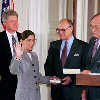 """נשיא בית המשפט העליון בארהב"""" ויליאם רנקוויסט משביע את השופטת הטריה רות ביידר גינזבורג בבית הלבן, בנוכחות בעלה מרטין והנשיא ביל קלינטון. 10 באוגוסט 1993 (צילום: AP Photo/Marcy Nighswander)"""