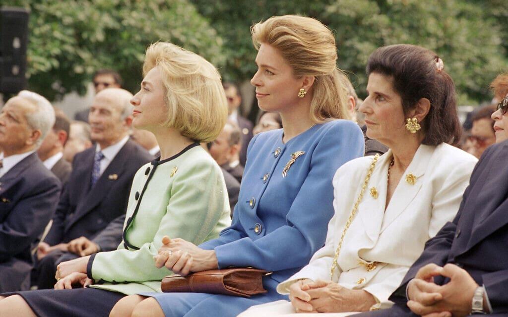 גם זה קרה בבית הלבן: הגברת הראשונה הילארי רודהם קלינטון יושבת עם המלכה נור, אשתו של מלך חוסין מירדן, במרכז, ולאה רבין, רעייתו של ראש ממשלת ישראל יצחק רבין, בעת חתימת הסכם השלום עם ירדן, 25 ביולי 1994 (צילום: AP Photo/Marcy Nighswander)