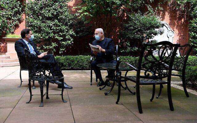 """ראש הממשלה בנימין נתניהו ושגריר ישראל בארה""""ב רון דרמר בפגישת עבודה בוושינגטון, 14 בספטמבר 2020 (צילום: אבי אוחיון / לע""""מ)"""