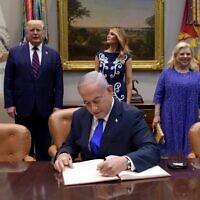 """בנימין נתניהו בבית הלבן לרגל חתימת ההסכם עם איחוד האמירויות ובחריין. מאחוריו, שרה נתניהו, מלאניה ודונלד טראמפ. 15 בספטמבר 2020 (צילום: אבי אוחיון/לע""""מ)"""