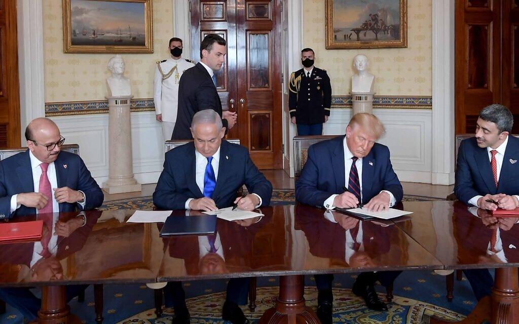 """מימין: עבדאללה בן זאיד, נשיא ארה""""ב דונלד טראמפ, ראש ממשלת ישראל בנימין נתניהו, שר החוץ של בחריין עבדאלטיץ אלזיאני, 15 בספטמבר 2020 (צילום: אבי אוחיון / לע""""מ)"""