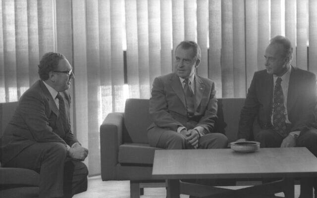 נשיא ארצות הברית ריצ'רד ניקסון, במרכז, עם ראש הממשלה רבין ומזכיר המדינה האמריקאי קיסינג'ר במלון קינג דיוויד בירושלים, יוני 1974 (צילום: יעקב סער/לשכת העיתונות הממשלתית)